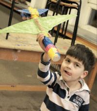 Papierflieger basteln mit Kindern