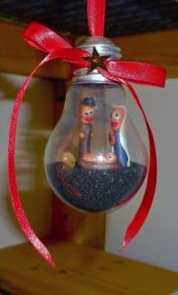 Mini-Krippe in Glühbirne
