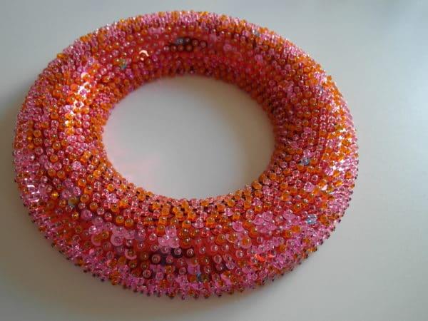 Üppig, peppig und orientalisch: Pinkfarbener Paillettenkranz
