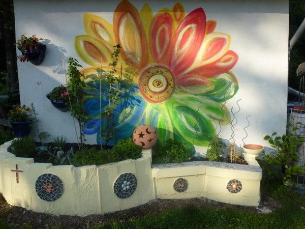 Wandmalerei im Garten und Kräuterhochbeet mit Mosaikarbeit