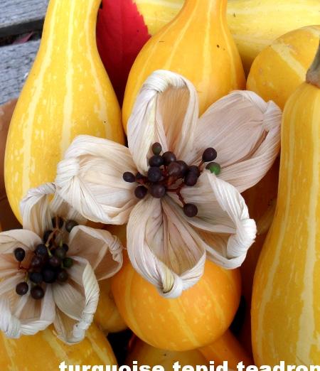 Blüten aus Maisblättern