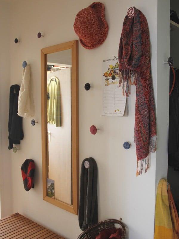 Garderobe aus Stoffknöpfen