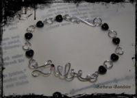 """Versilbertes Armband """"Liebe"""" mit schwarzen Glas-Herzen und Granat"""