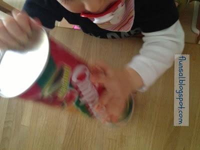 Rasselspielzeug aus einer Chipsdose