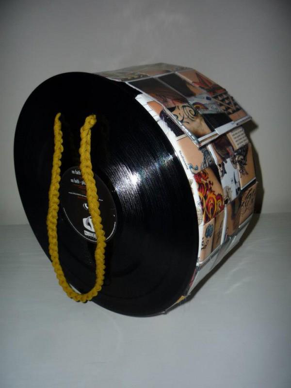 Tasche aus Schallplatten und Tattoomagazinen