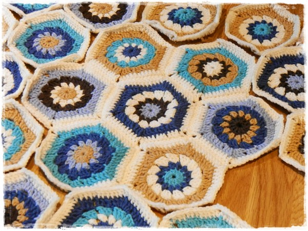 anleitung f r eine h keldecke mit granny squares bzw hexagons handmade kultur. Black Bedroom Furniture Sets. Home Design Ideas