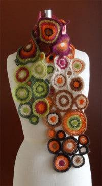 Schal aus bunten Kreisen