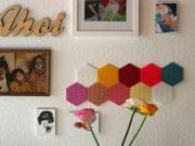 Fröhlich-bunte Wanddeko aus Bügelperlen