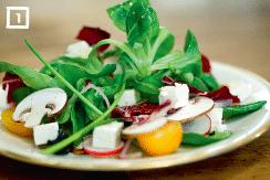 Kleiner bunter Feldsalat mit Feta