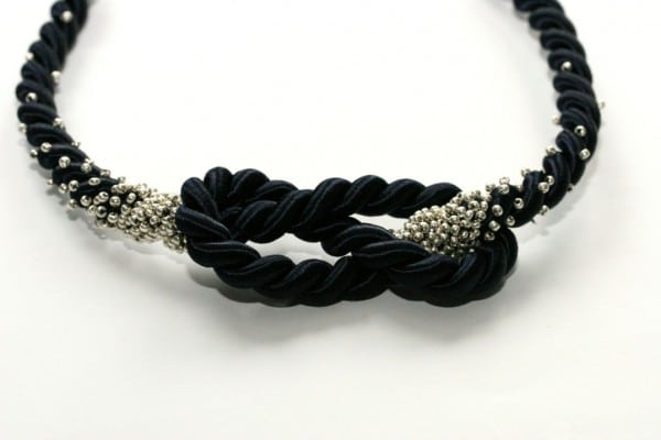 Statementkette mit Knoten und Perlen