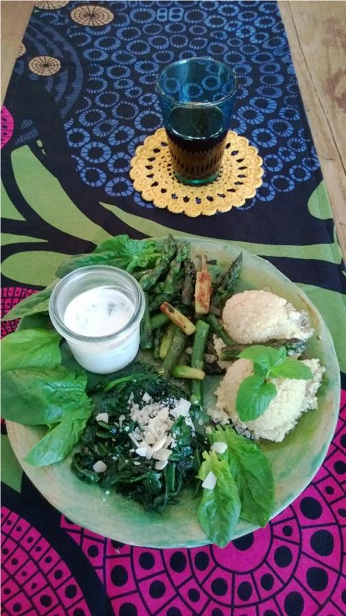 Spargel trifft auf Spinat und Quinoa