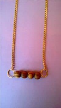 Goldschmuck mit Holzperlen