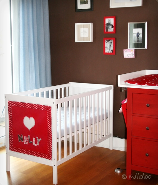 ikea sundvik babybett mit namens dekoration versch nern. Black Bedroom Furniture Sets. Home Design Ideas