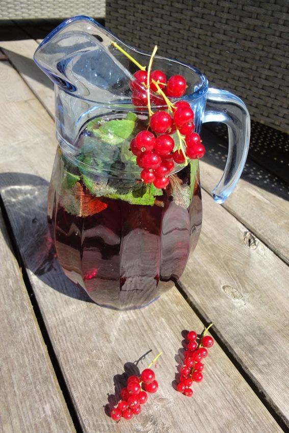 Erfrischende Rote Johannisbeere-Minze Limonade