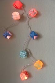 Einmal falten und pusten bitte: Lichterkette mit bunten Origami-Bällen