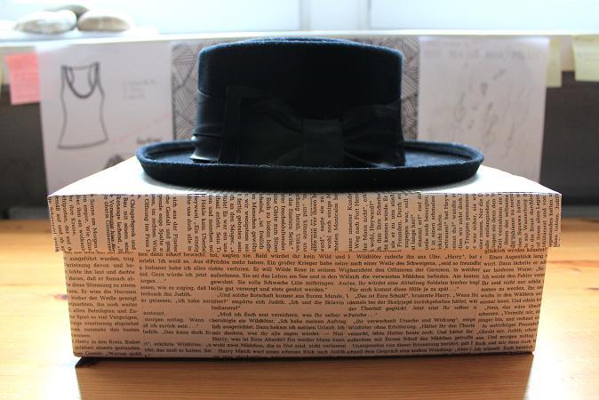 hutschachtel aus altem schuhkarton und altem buch handmade kultur. Black Bedroom Furniture Sets. Home Design Ideas