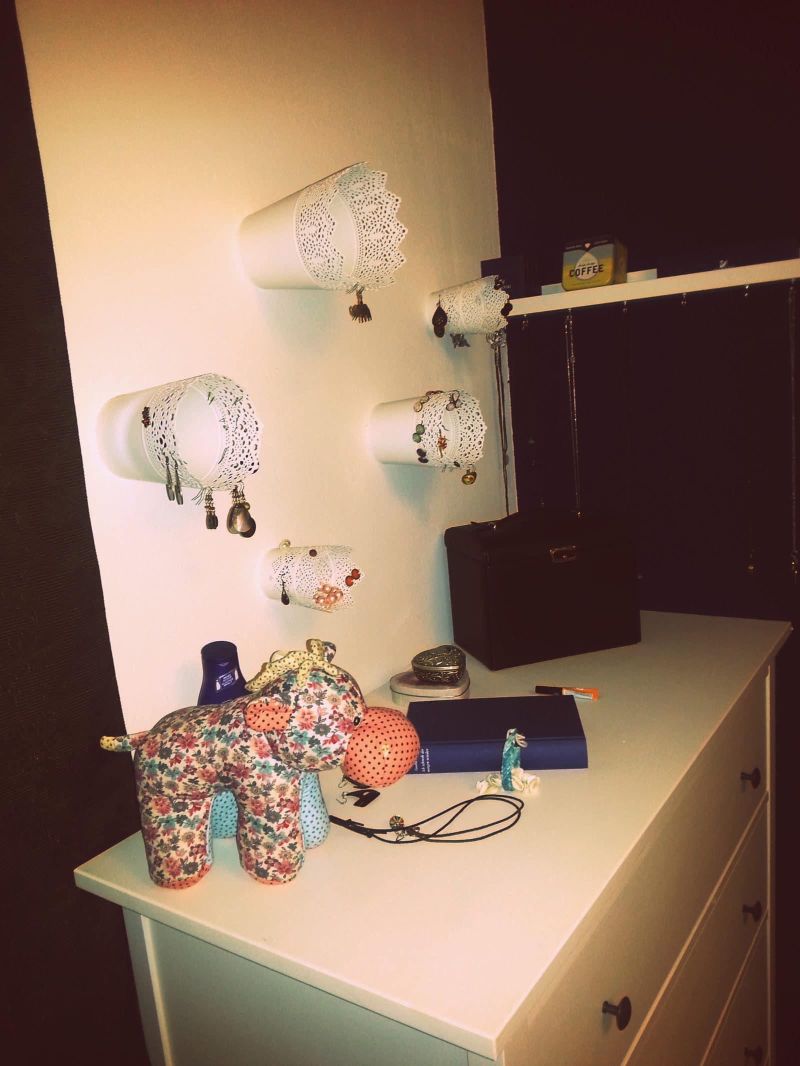 schmuckaufbewahrung aus ikea t pfen handmade kultur. Black Bedroom Furniture Sets. Home Design Ideas