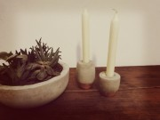 Kupferstücke: Kerzenständer aus Beton