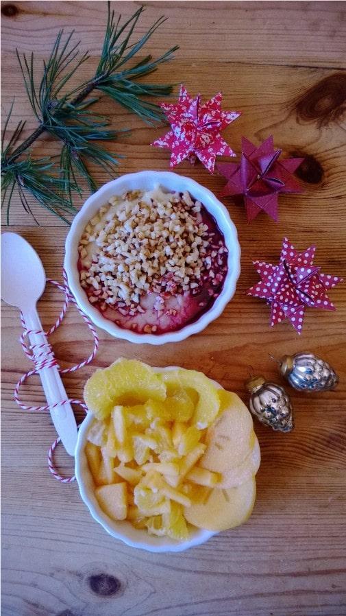 Grießbrei mit Granatapfelsirup und Obst