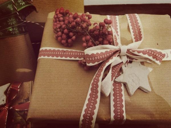 Weihnachtliche Geschenkanhänger aus Ton und Spitze