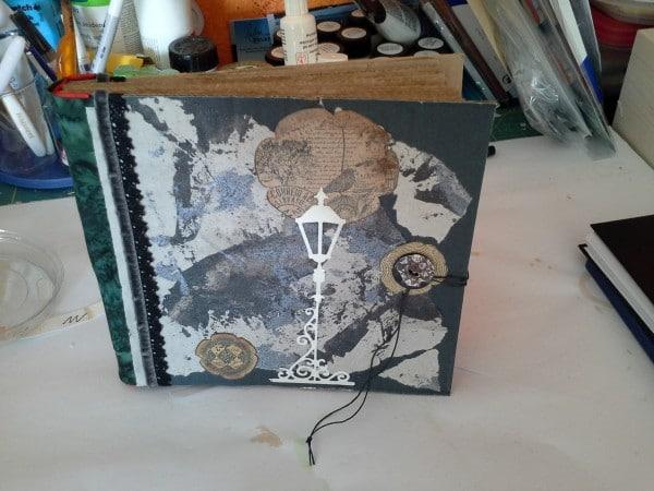 selbstgebundenes Sketchbook aus altem Verpackungsmaterial