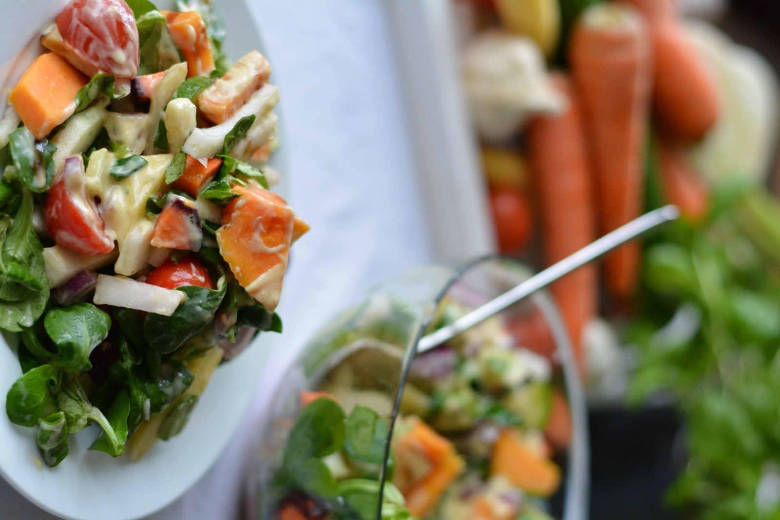 Knackiger Feldsalat mit Fenchel, bunten Möhren und Süßkartoffeln