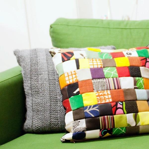 patchwork kissen aus gratis stoffproben von ikea. Black Bedroom Furniture Sets. Home Design Ideas