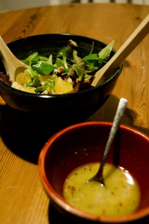 Blattsalat mit Orange, Apfel und Granatapfelkernen, dazu Ingwer-Senf-Honig-Dressing