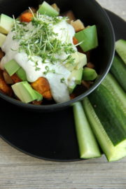 Eine Schüssel voll Süßkartoffel Gemüse mit Sesam Dressing