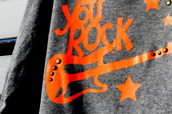 Jungs-Shirt: aufgepimt mit Kupfer-Nieten und Neon