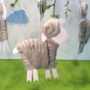 Schäfchen für den Osterstrauß selbst basteln mit Papier und Wolle