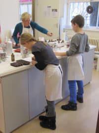 Kindergeburtstag in Berlin - Badekugeln, Körpercremes, Parfums, Seifenbälle und Glycerinseifen selber herstellen.