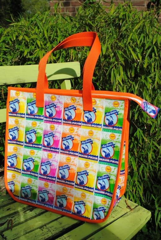Recyclingtasche aus Brausetütchen