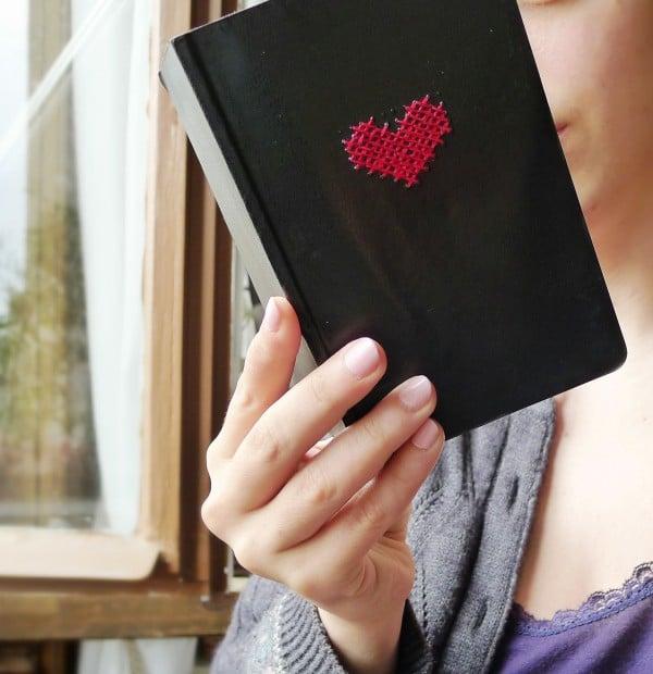 Besticke ein Notizbuch