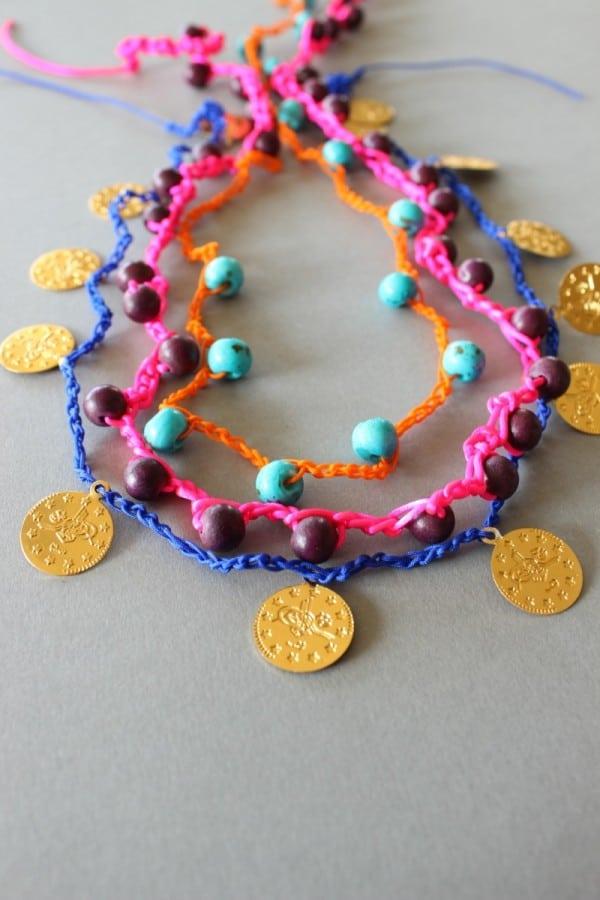 DIY – Gehäkelte Armbänder und Ketten mit Perlen