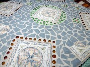 Tischplatte aus Fliesenresten und Glassteinen (frostsicher)