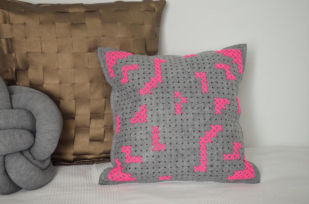 7 tage 7 kissen filzkissen mit stickerei handmade kultur. Black Bedroom Furniture Sets. Home Design Ideas