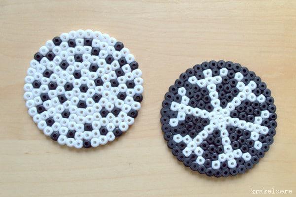 Bügelperlen-Untersetzer in schwarz-weiß