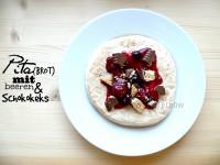 freitagsfutter | kleines Frühstückchen mit Pita(brot), roten Beerchen und Schokokeks
