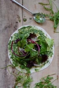 Grillgemüse-Wraps mit bunten Blattsalaten und einem Pesto aus Rucola und Walnüssen