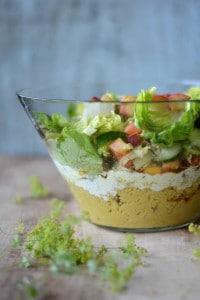 Couscous-Schichtsalat mit bunten Salaten und Kräutern