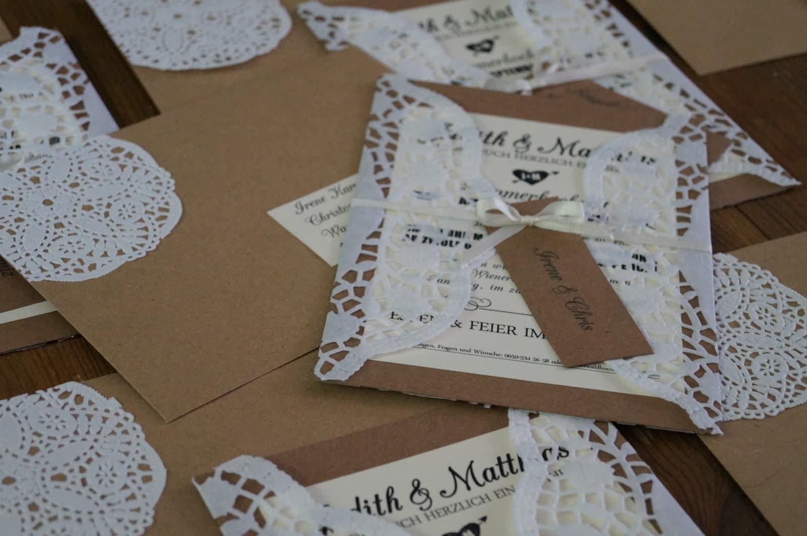 Spitzen idee hochzeitsanzeige aus doilies handmade for Hochzeitseinladungen vintage mit spitze