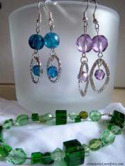Armbänder und Ohrringe aus Perlen