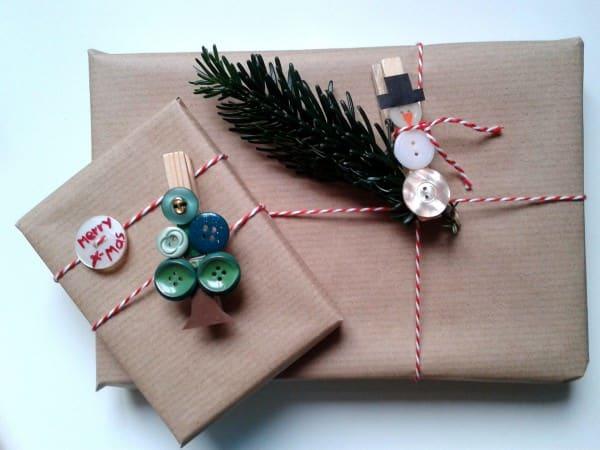 weihnachtliche Geschenkedeko mit Knöpfen (::)