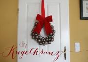 DIY Türkranz aus Weihnachtskugeln