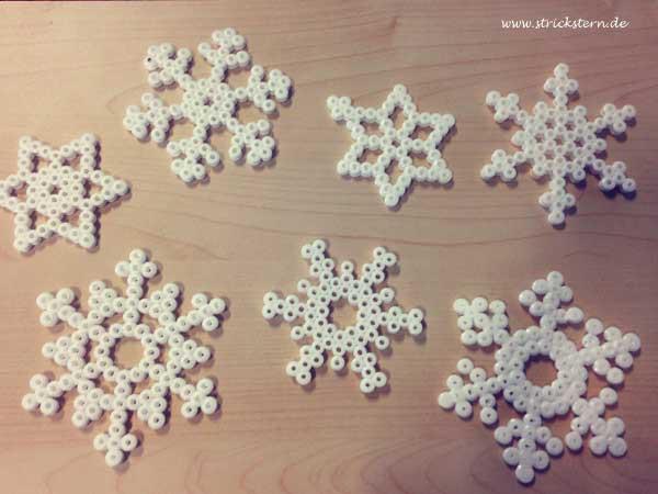 Schneeflocken basteln aus Bügelperlen