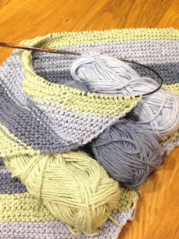 Eine Decke mit Diagonalstreifen stricken