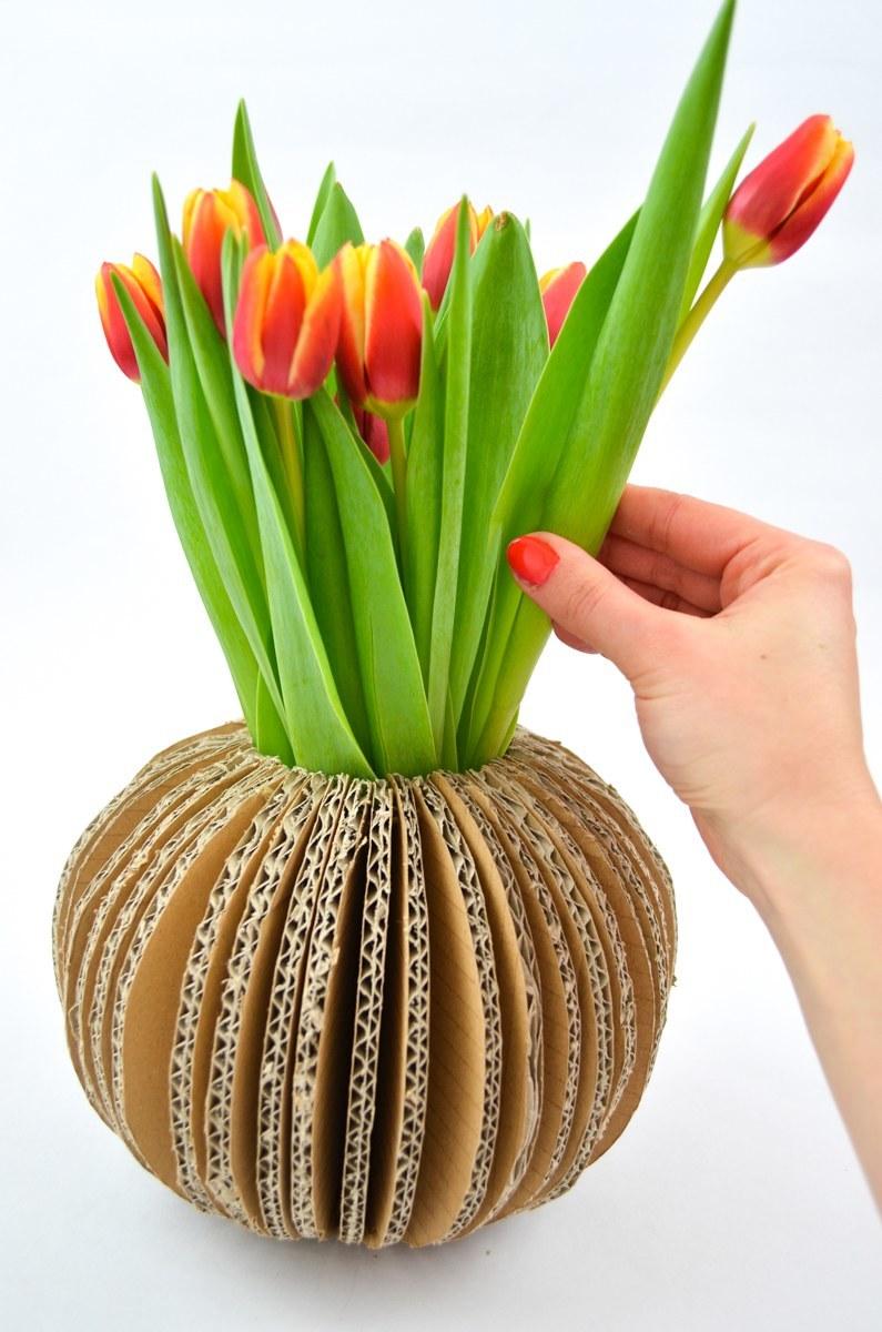 upcycling vase aus wellpappe handmade kultur. Black Bedroom Furniture Sets. Home Design Ideas