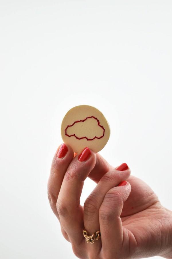 Bestickte Wolken-Brosche aus Balsaholz