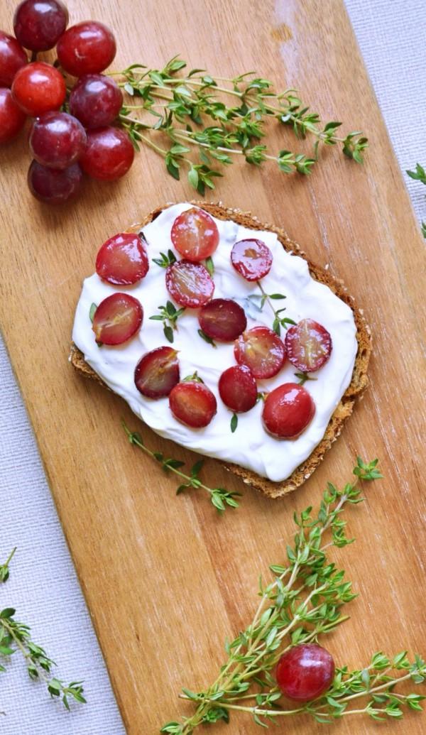 Ziegenfrischkäsestulle und dazu gegrillte Trauben von den [Foodistas]